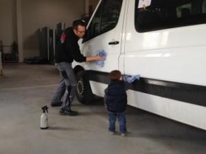 Grundreinigung vor Fahrzeugbeklebung
